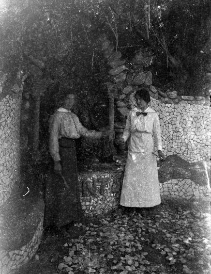 Retrat de dues dones a la font Soler, al costat de can Ribes, a la Cellera de Ter, 1918 (ACGAX. Fons Sadurní Brunet Pi. Autor: Sadurní Brunet)