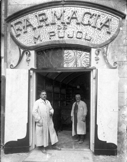 Vista frontal de la farmàcia de Marcel Pujol, a Tortellà, 1918 (ACGAX. Fons Sadurní Brunet Pi. Foto: Sadurní Brunet)