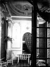 Vista parcial de l'interior de la botiga del pintor Carles Badia, 1913 (ACGAX. Fons Sadurní Brunet Pi. Foto: Sadurní Brunet)