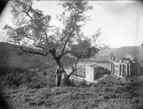 Sadurní Brunet Forasté, amb el santuari i l'església del Collell al fons, 1929 (ACGAX. Fons Sadurní Brunet Pi. Autor: Sadurní Brunet)