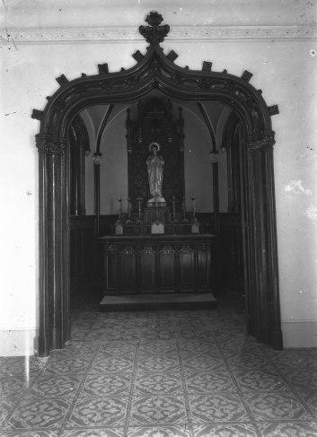Vista frontal de l'oratori de la casa Caminals o torre de can Gou, 1916 (ACGAX. Fons Sadurní Brunet Pi. Autor: Sadurní Brunet)