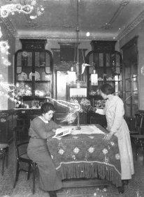 Vista parcial del menjador de la casa Carlets, a Olot, 1914 (ACGAX. Fons Sadurní Brunet Pi. Autor: Sadurní Brunet)