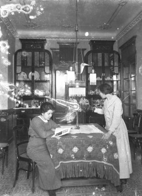 Vista parcial del menjador de la casa Carlets, a Olot, 1914