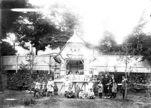 Vista frontal del quiosc de begudes del camp de futbol de l'Olot, 1928 (ACGAX. Fons Sadurní Brunet Pi. Autor: Sadurní Brunet)