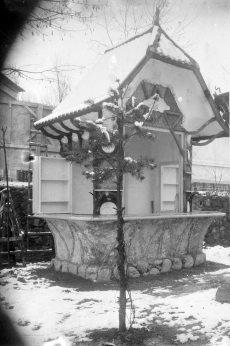 Vista lateral del quiosc de begudes del camp de futbol de l'Olot, 1928 (ACGAX. Fons Sadurní Brunet Pi. Autor: Sadurní Brunet)