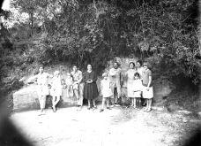 Retrat de grup de la família Brunet Forasté davant la font del santuari del Collell, 1930 (ACGAX, Fons Sadurní Brunet Pi. Autor: Sadurní Brunet)