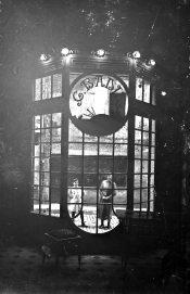 Vista des de l'interior de la botiga del pintor Carles Badia, 1913 (ACGAX. Fons Sadurní Brunet Pi. Foto: Sadurní Brunet)