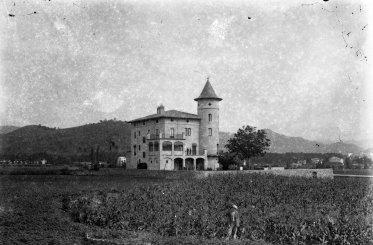 Vista general de la casa Caminals o torre de can Gou, 1916 (ACGAX. Fons Sadurní Brunet Pi. Autor: Sadurní Brunet)