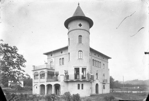 Vista general de la casa Caminals o torre de can Gou, a Olot, 1916 (ACGAX. Fons Sadurní Brunet Pi. Autor: Sadurní Brunet)
