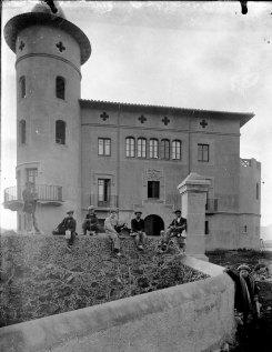 Retrat de grup davant de Can Gou, 1916 (ACGAX. Fons Sadurní Brunet Pi. Autor: Sadurní Brunet)
