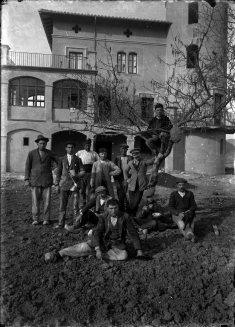 Retrat de grup davant de la casa Caminals o torre de can Gou, 1916 (ACGAX. Fons Sadurní Brunet Pi. Autor: Sadurní Brunet)