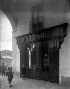 Vista general de la façana de la botiga de Papers Carlets, a Olot, 1914 (ACGAX. Fons Sadurní Brunet Pi. Autor: Sadurní Brunet)