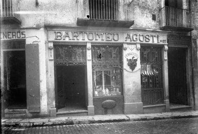 Vista frontal de la façana de la ferreteria Bartomeu Agustí, 1919 (ACGAX. Fons Sadurní Brunet Pi. Autor: Sadurní Brunet)