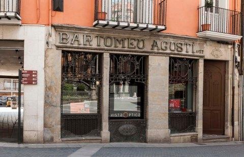 Vista frontal de la façana de la ferreteria Bartomeu Agustí, 2018 (ACGAX. Col·lecció d'imatges de l'ACGAX. Autors: Quim Roca i Anna Rius)