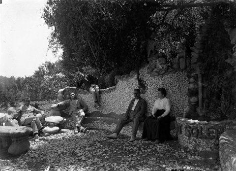 Retrat de grup a la font del mas Soler, a la Cellera de Ter, 1918 (ACGAX. Fons Sadurní Brunet Pi. Autor: Sadurní Brunet)