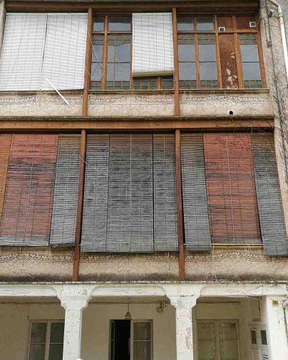 Vista parcial de la decoració de la façana posterior de la casa Riera, 2018 (Foto: David Santaeulària)