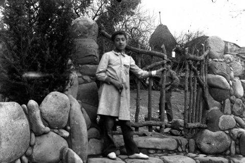 Retrat de dos nois als voltants de can Ribes, a la Cellera de Ter, 1918 (ACGAX. Fons Sadurní Brunet Pi. Autor: Sadurní Brunet)