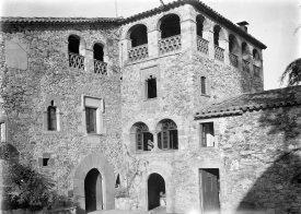 Vista parcial de la façana del mas Soler, a la Cellera de Ter, 1918 (ACGAX. Fons Sadurní Brunet Pi. Autor: Sadurní Brunet)