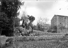 Vista parcial de la intervenció paisatgística a l'exterior de can Ribes, a la Cellera de Ter, 1918 (ACGAX. Fons Sadurní Brunet Pi. Autor: Sadurní Brunet)