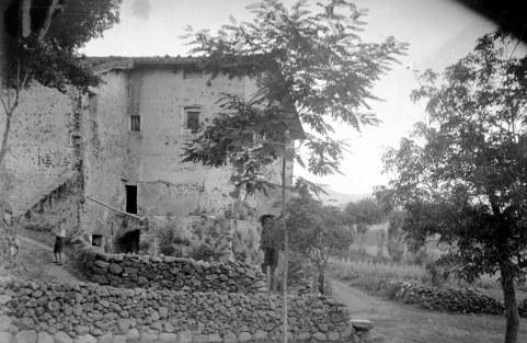 Vista parcial del mas Soler, a la Cellera de Ter, 1918 (ACGAX. Fons Sadurní Brunet Pi. Autor: Sadurní Brunet)