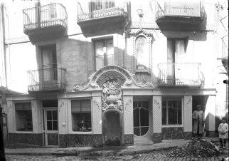 Vista parcial de Can Xaudiera amb Sadurní Brunet i el seu fill Joan al costat, 1922 (ACGAX. Fons Sadurní Brunet Pi. Autor: Sadurní Brunet)