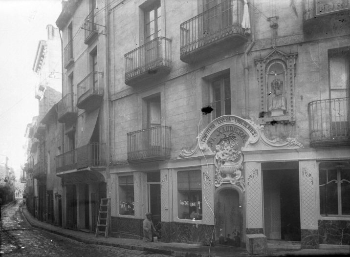 Vista parcial de Can Xaudiera amb Sadurní Brunet enllestint la reforma, 1922 (ACGAX. Fons Sadurní Brunet Pi. Autor: Sadurní Brunet)