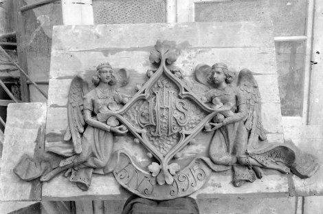 Vista frontal d'un relleu escultòric que estava ubicat a la façana principal de la casa Caminals o torre de can Gou, 1915 (ACGAX. Fons Sadurní Brunet Pi. Autor: Sadurní Brunet)