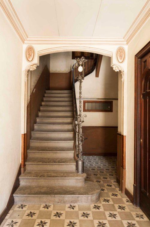 Vista frontal del vestíbul de la casa Riera, a Olot, 2018 (ACGAX. Col·lecció d'imatges de l'ACGAX. Autor: Quim Roca)