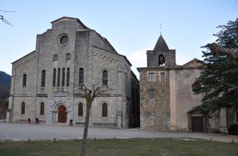 Vista frontal de les esglésies nova i vella de Santa Maria del Collell, a Sant Ferriol (Foto: www.monestirs.cat)