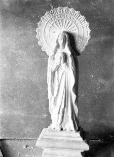 Vista general d'una escultura de la Immaculada Concepció elaborada amb guix per Sadurní Brunet, instal·lada en una cova artificial a la vora de can Ribes, a la Cellera de Ter, 1918 (ACGAX. Fons Sadurní Brunet Pi. Autor: Sadurní Brunet)