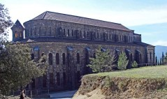 Vista parcial de l'exterior de l'església nova de Santa Maria del Collell, a Sant Ferriol, 2018 (Foto: www.catalunyamedieval.es Autor: Ricard Balló)