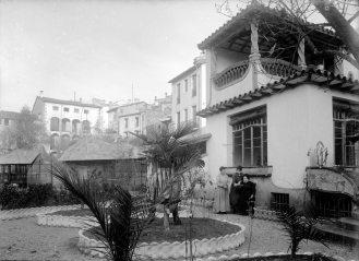 Vista parcial del jardí de la façana posterior de la casa Hostench, 1918 (ACGAX. Fons Sadurní Brunet Pi. Autor: Sadurní Brunet)