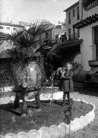 Retrat de Conxita Sadurní Forasté en el jardí de la casa Hostench, 1918 (ACGAX. Fons Sadurní Brunet Pi. Autor: Sadurní Brunet)