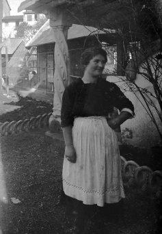 Retrat d'una senyora al jardí de la casa Hostench, 1918 (ACGAX. Fons Sadurní Brunet Pi. Autor: Sadurní Brunet)