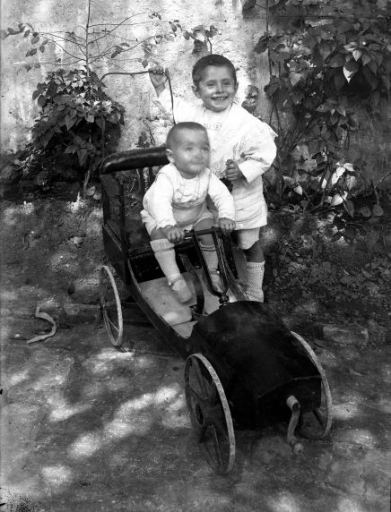 Joan i Conxita Brunet Forasté al pati del taller del carrer de Galileu, a Barcelona, 1912 Caseta de nines, entre els anys 1910 i 1925 (ACGAX. Fons Sadurní Brunet Pi. Autor: Sadurní Brunet)