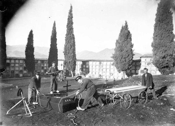 Treballadors del Cementiri d'Olot, entre els anys 1925 i 1930