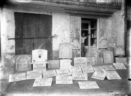 Vista frontal del taller carrer del Roser, a Olot, amb Joan Brunet Forasté a la porta, entre els anys 1931 i 1935 (ACGAX. Fons Sadurní Brunet Pi. Autor: Sadurní Brunet)