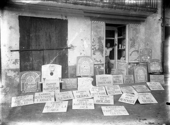 Vista frontal del taller carrer del Roser, a Olot, amb Sadurní Brunet Forasté a la porta, entre els anys 1931 i 1935 (ACGAX. Fons Sadurní Brunet Pi. Autor: Sadurní Brunet)
