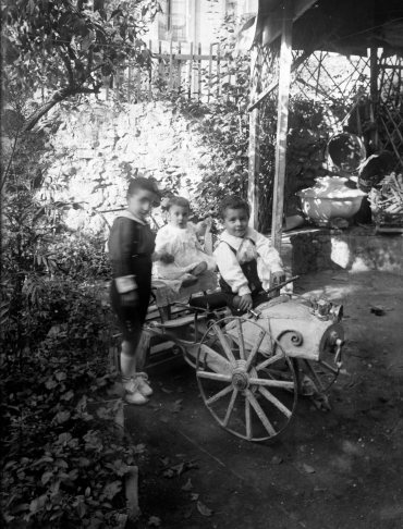 Retrat de tres nens damunt d'un carretó dissenyat per Sadurní Brunet, entre els anys 1928 i 1931 (ACGAX. Fons Sadurní Brunet Pi. Autor: Sadurní Brunet)