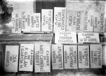 Plaques de carrers del període de la Segona Repúbica, entre els anys 1931 i 1938 (ACGAX. Fons Sadurní Brunet Pi. Autor: Sadurní Brunet)