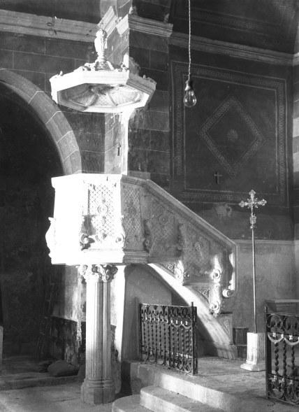 Visió lateral de la trona de l'església de Sant Vicenç, a Llançà, 1941 (ACGAX. Fons Sadurní Brunet Pi. Autor: Sadurní Brunet)