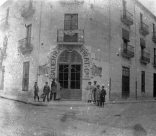 Vista general de la banca Saderra, Prat y Compañía, a Banyoles, 1916 (ACGAX. Fons Sadurní Brunet Pi. Autor: Sadurní Brunet)