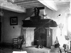 Vista frontal de la xemeneia del mas Quintà, a Maçanet de Cabrenys, 1947 (ACGAX. Fons Sadurní Brunet Pi. Autor: Sadurní Brunet)