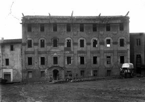 Vista frontal del procés de remodelació de l'edifici destinat a caserna de la Guàrdia Civil, 1916 (ACGAX. Fons Sadurní Brunet Pi. Autor: Sadurní Brunet)