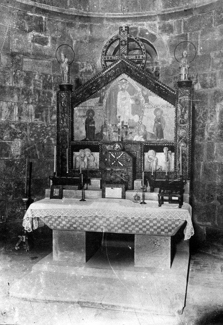 Vista frontal de l'altar major de l'església de Sant Salvador, a la Vall de Bianya, 1930 (ACGAX. Fons Fotografia Gotarde. Autor: Carme Gotarde Camps)