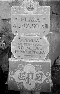 Plaques de carrer del període de la dictadura de Primo de Rivera, entre els anys 1923 i 1930 (ACGAX. Fons Sadurní Brunet Pi. Autor: Sadurní Brunet)