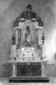 Vista frontal de l'altar de la Mercè de l'església de Sant Maurici, a Sant Mori, 1946 (ACGAX. Fons Sadurní Brunet Pi. Autor: Sadurní Brunet)
