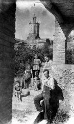 Retrat de grup de cos sencer a de Sant Mori. Al fons, la part superior de la torre del campanar de l'església de Sant Maurici. El noi recolzat a la paret és Jordi Brunet Forasté, 1946 (ACGAX. Fons Sadurní Brunet Pi. Autor: Sadurní Brunet)