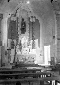 Vista frontal de l'altar major de l'església de Sant Maurici, a Sant Mori, 1946 (ACGAX. Fons Sadurní Brunet Pi. Autor: Sadurní Brunet)