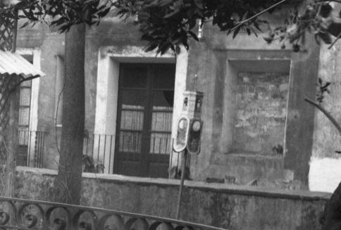 Fanalet per esperar els reis d'Orient reproduïnt el campanar de Sant Esteve d'Olot, entre els anys 1914 i 1935 (ACGAX. Fons Sadurní Brunet Pi. Autor: Sadurní Brunet)